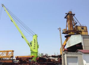 造船所のクレーン。昔は黄色の方にもアームがあったのですが、現役引退したのでしょうか?